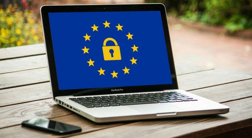 Notebook met slot en EU-vlag
