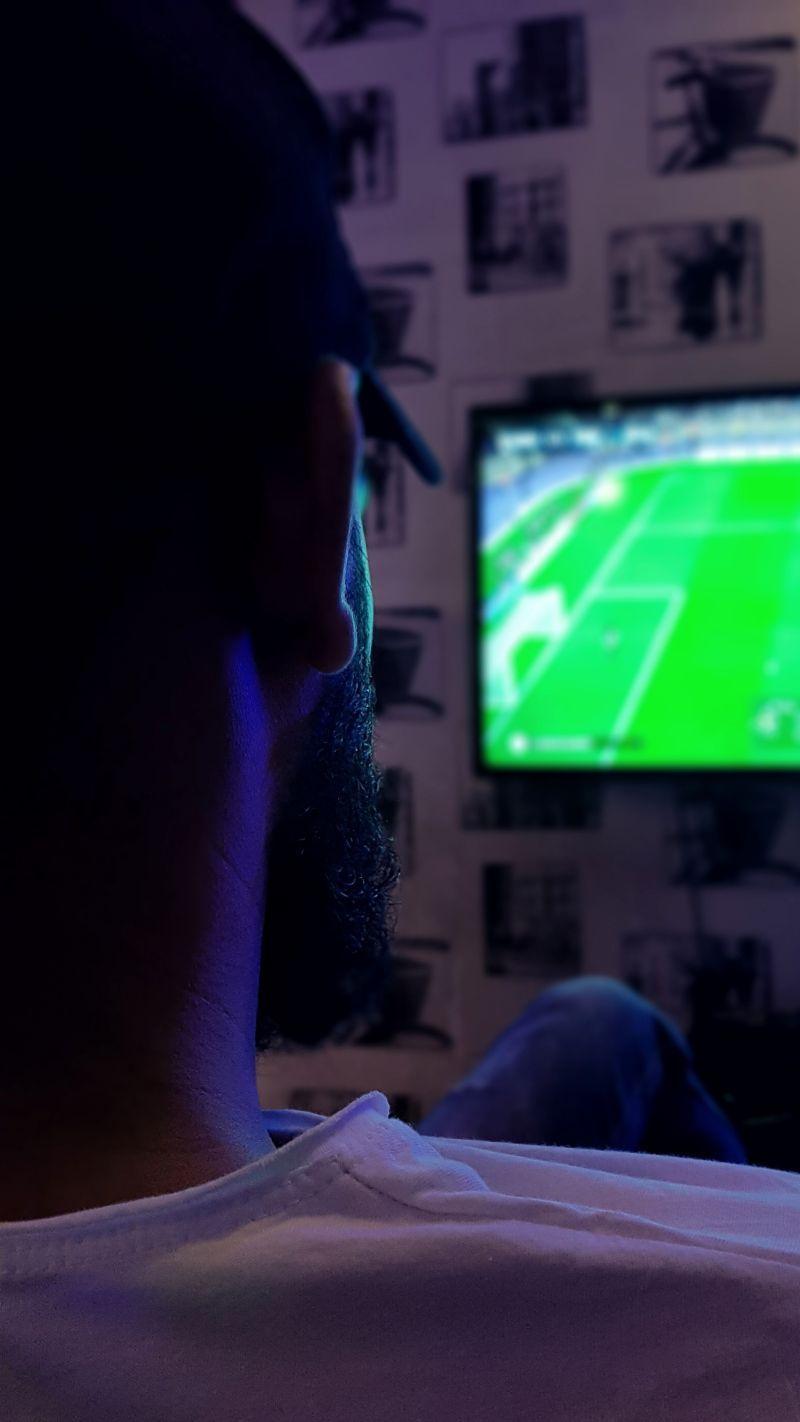 Man kijkt voetbal