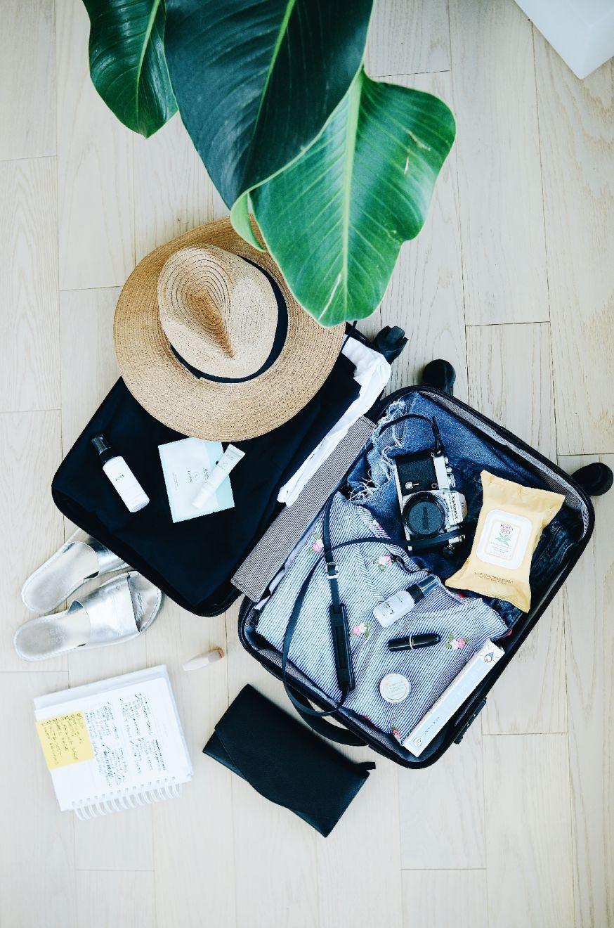 Koffer met spullen voor een zonnige vakantie